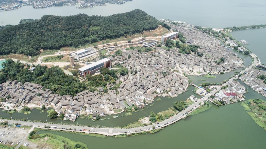 宁波院士中心和陶公山 | 摄影:尹明