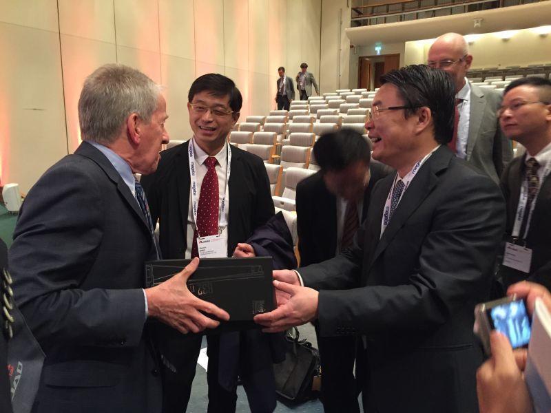贈與David Nethercot主席上海中心大廈模型