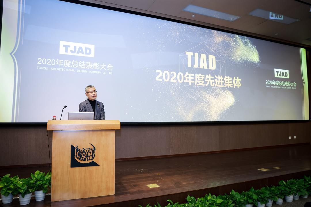 集团党委书记、副总裁汤朔宁宣读荣誉名单
