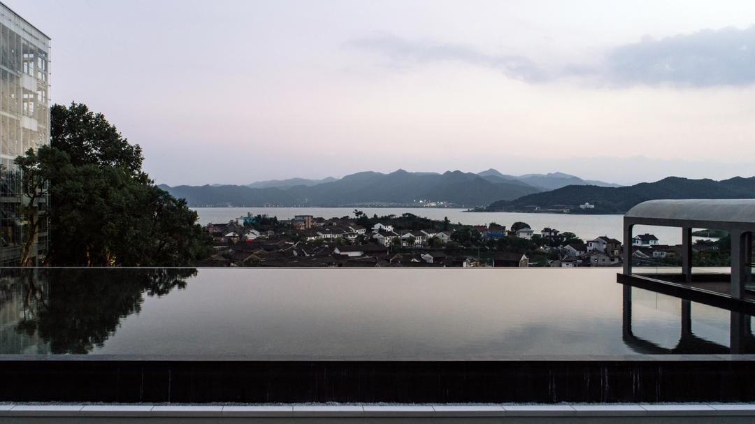 从陶公讲堂屋顶水池远眺东钱湖  | 摄影:尹明