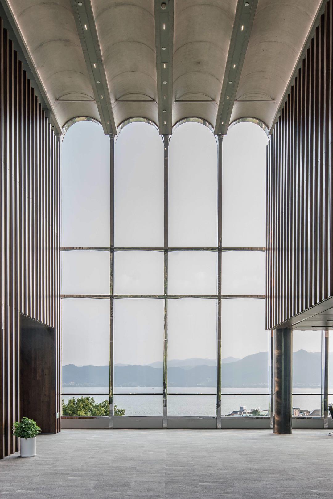 东楼大会议室休息厅的室内立面拱形元素  | 摄影:尹明