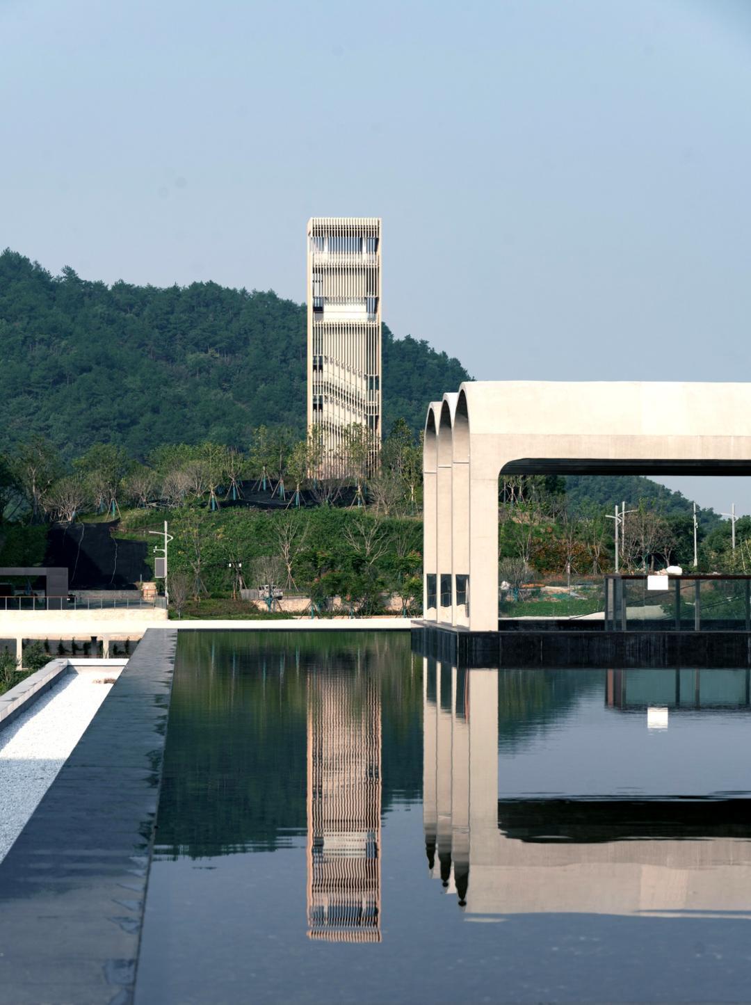 陶公讲堂和景观塔  | 摄影:尹明