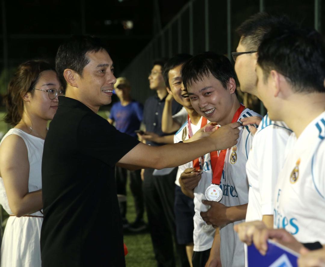 集团副总裁曾群为亚军球队颁奖