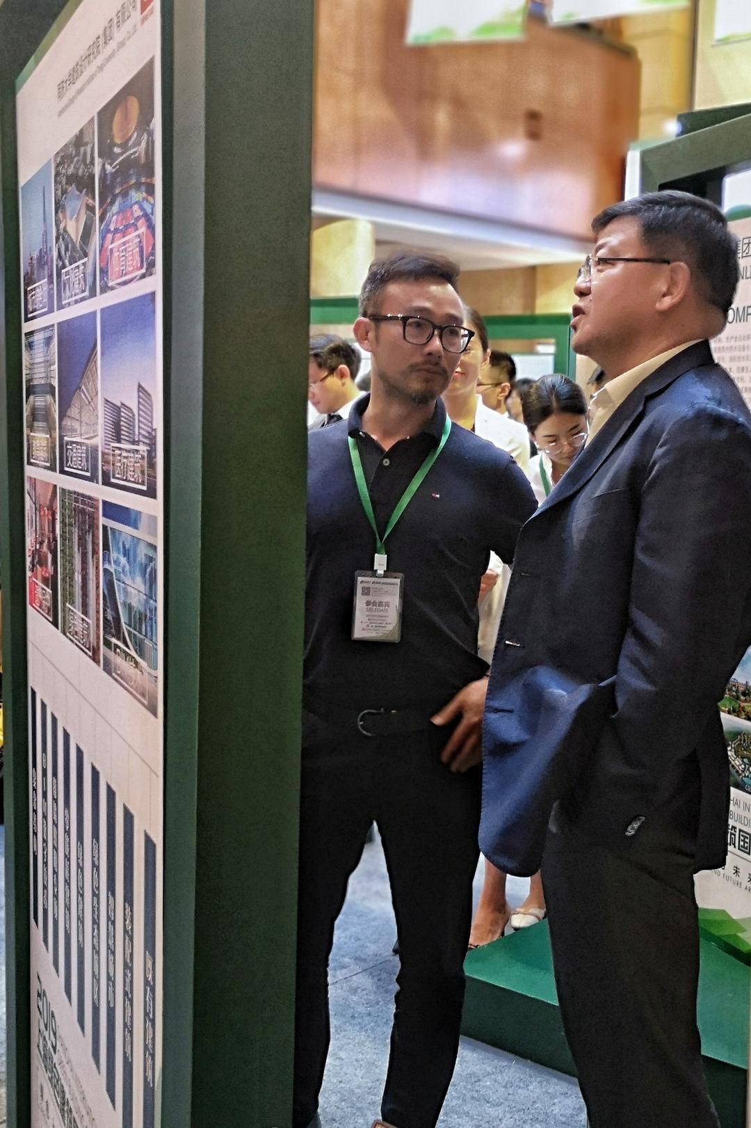 邹子敬副总裁为上海市人民政府副秘书长黄融介绍同济设计集团