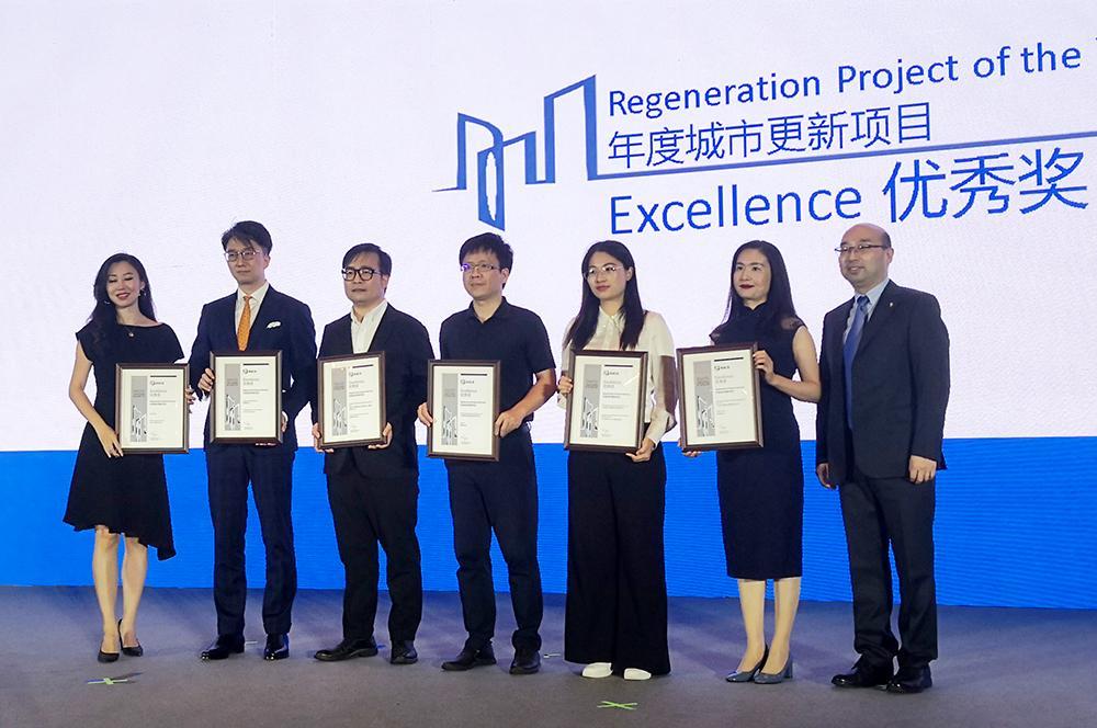 集团建筑设计三院运筹楼项目经理李正涛上台领奖