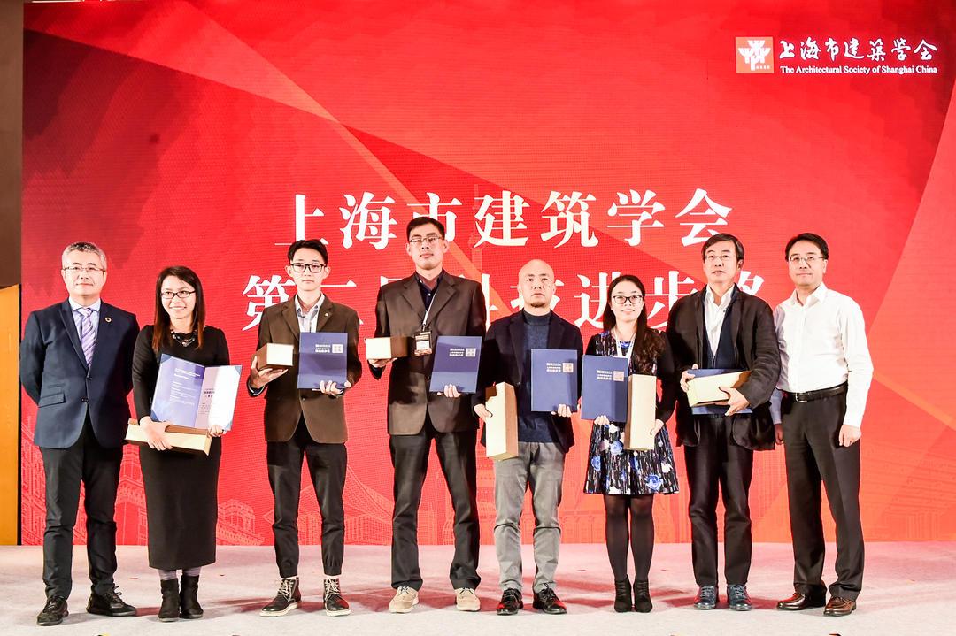 集團黨委書記、副總裁湯朔寧為獲獎單位頒獎,集團副總裁任力之代表集團領獎。