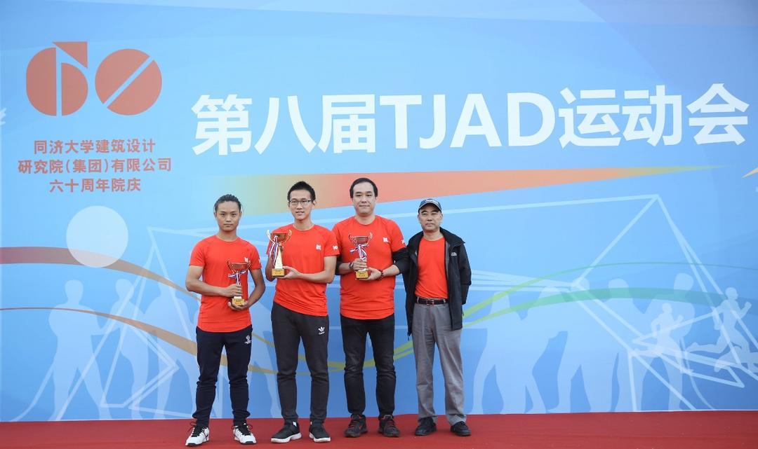 集团副总裁曾明根为两人三足团体赛颁奖(冠军:二院;亚军:都境;季军:同励)