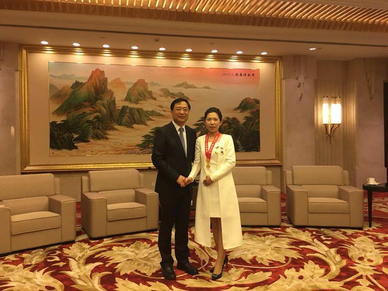 上海市人大常务会副主任、市总工会主席莫负春接见姚启明