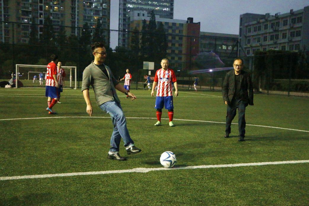 集团总裁王健和集团副总裁、工会副主席邹子敬为比赛开球