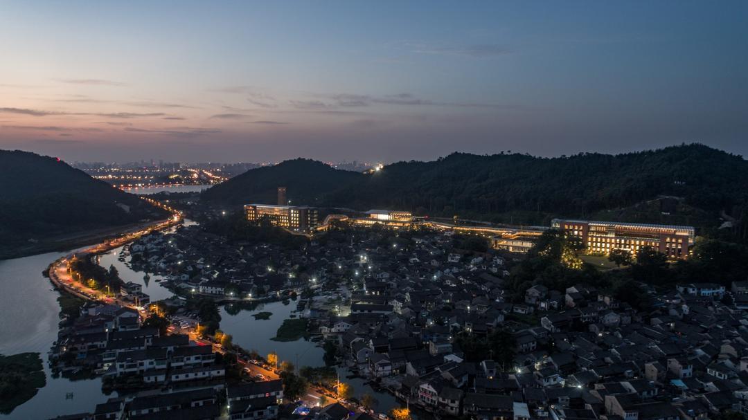 夜幕下的宁波院士中心 | 摄影:尹明