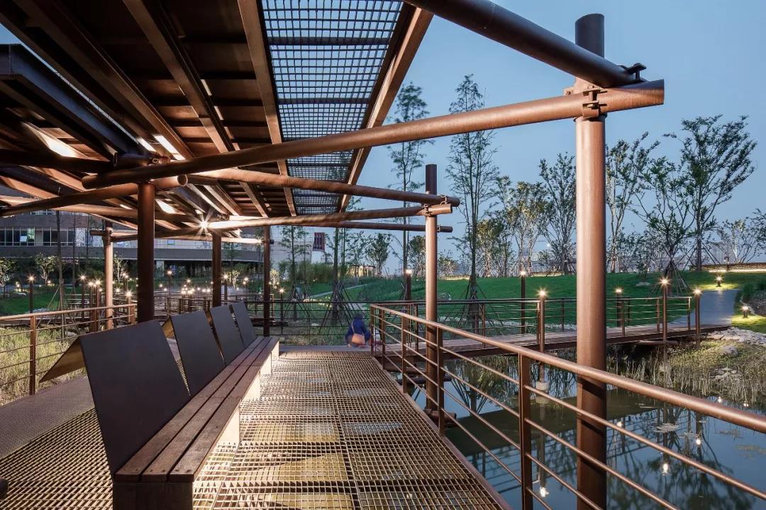 雨水花园内的钢结构廊桥和凉亭