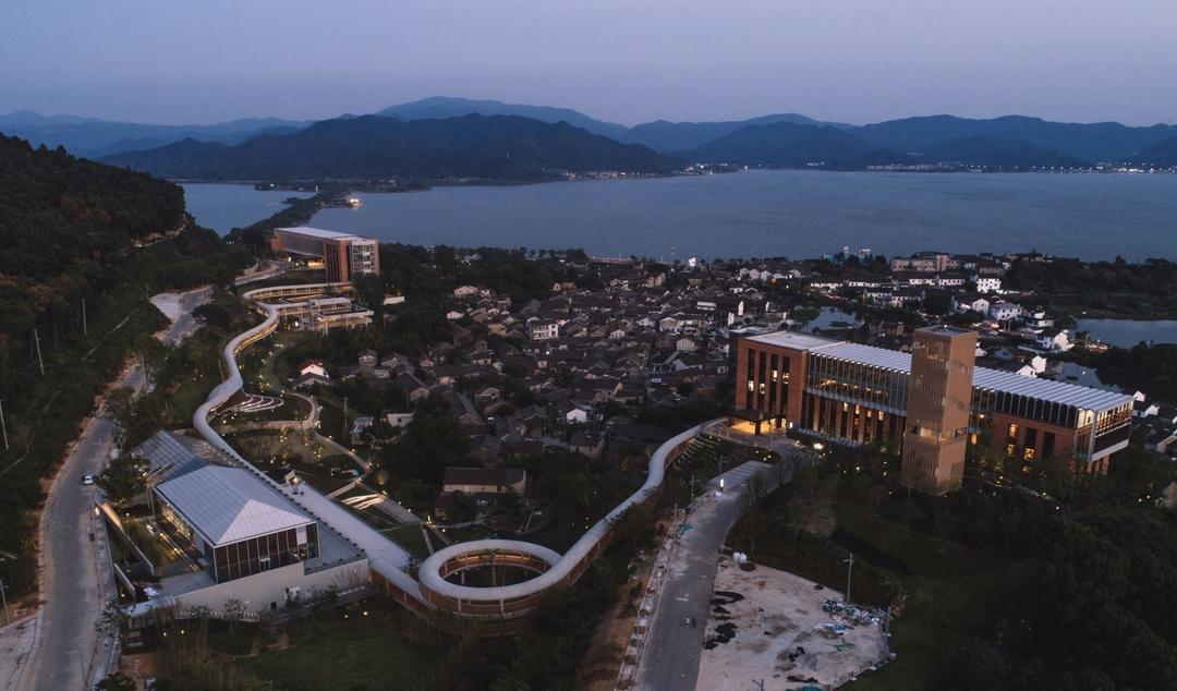 宁波院士中心远眺东钱湖 | 摄影:尹明
