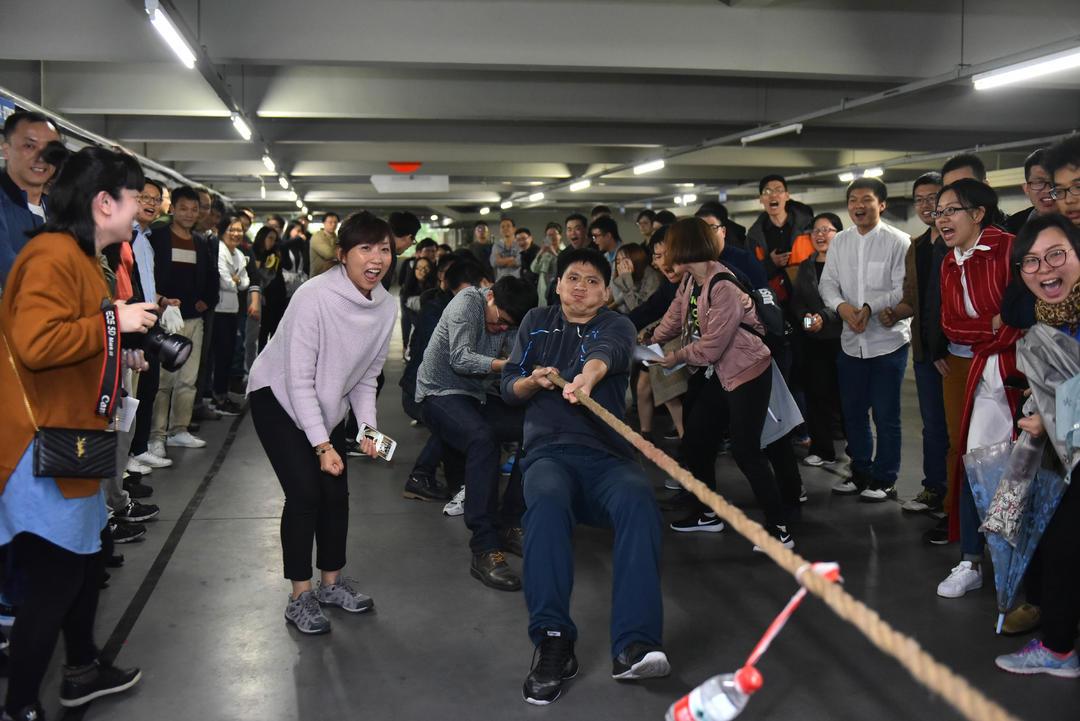 现场啦啦队个个热忱高涨,呐喊助威给竞赛带来一股微弱气力。
