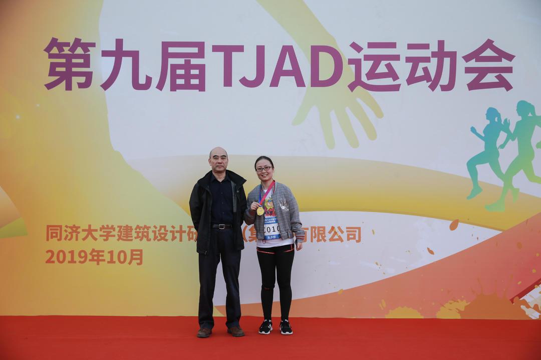 6km健康跑女子组45岁以上获奖者:冠军张亚丽 (代领)
