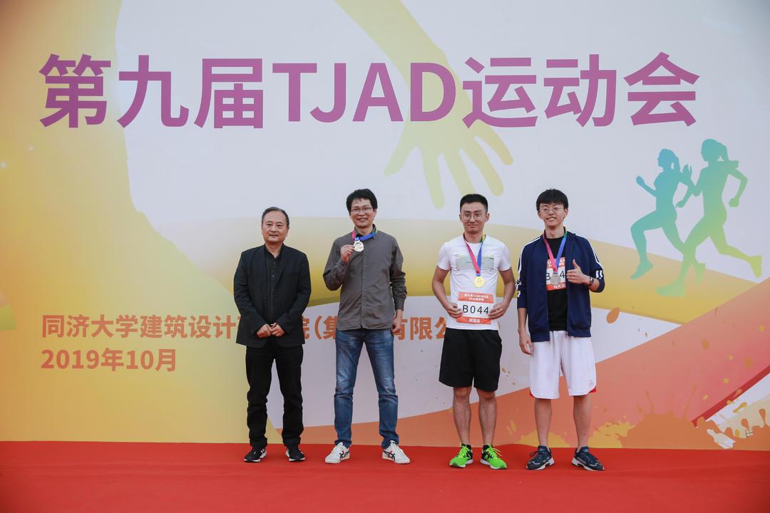 6km健康跑男子组30岁以下获奖者:冠军韩羽嘉,亚军孙嘉宾(代领),季军刘天适