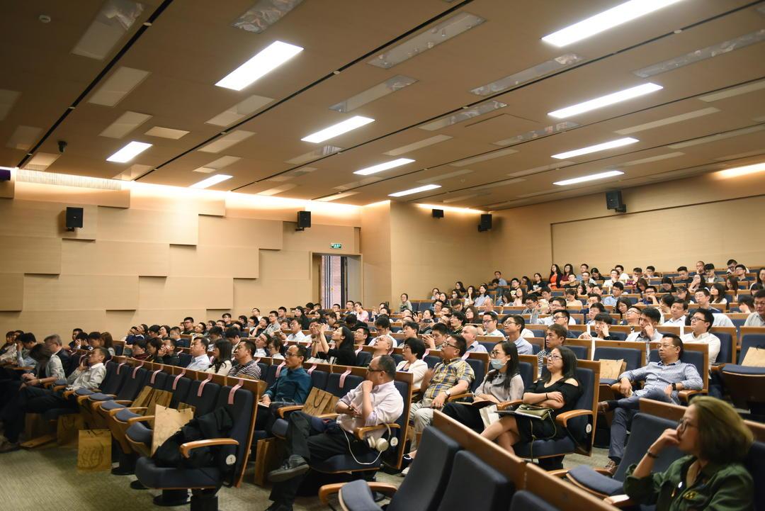 观众聚精会神聆听专家学者做演讲