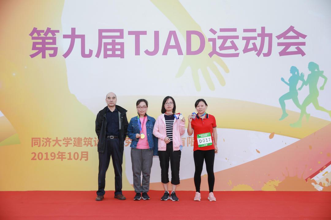 6km健康跑女子组30岁-45岁获奖者:冠军罗道亨,亚军朱青青,季军丁慧