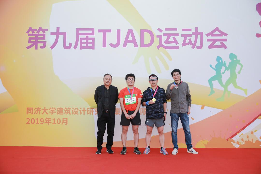 6km健康跑男子组30岁-45岁获奖者:冠军滕小竹,亚军杨善华,季军姜文辉 (代领)