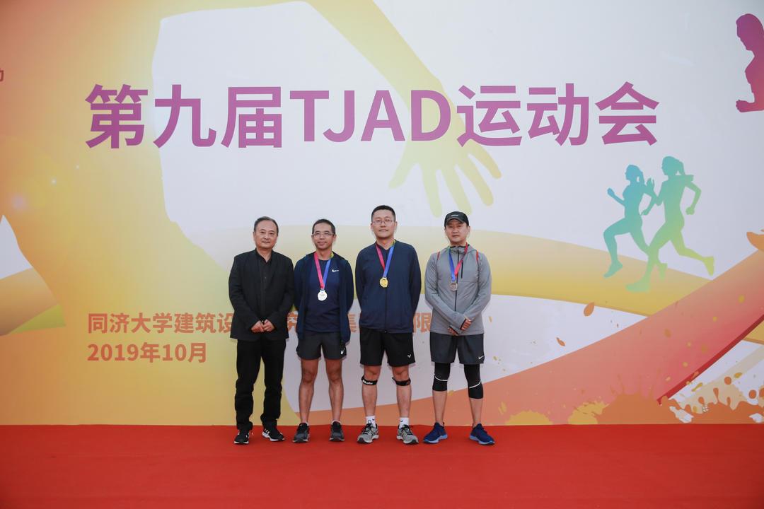 6km健康跑男子组45岁以上获奖者:冠军黄金甲,亚军周谨,季军赵航